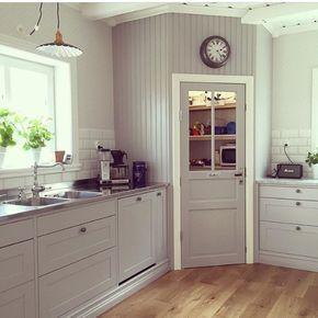"""Deltar i veckans #joyforinterior hos @mylittleredhouse och @torpet125 Denna gång är temat """"Favorit i repris"""". Fattar inte riktigt hur denna kunde gillas av så många men det känns lite passande när vi nu äntligen håller på att färdigställa skafferiet #skafferi #pärlspont #kök #kitchen #nybygge #lösvirke #lantligt #myhome #svenskahem #interior4all #nordichome #favoritirepris #lantliv #mynorwegianhome #sentensekök"""