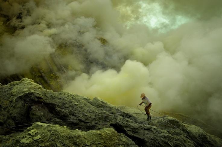 La messa a fuoco è il ponte fra il piano mentale e quello descrittivo: messa a fuoco dell'obiettivo, messa a fuoco dell'occhio, messa a fuoco dell'attenzione, messa a fuoco della mente. CORSO DI BASE DI REPORTAGE FOTOGRAFICO con PIERPAOLO MITTICA: https://www.facebook.com/events/190286787785319  Pierpaolo Mittica (2009), Minatore dello zolfo mentre controlla l'impianto, vulcano Ijen, Indonesia. Dalla serie Kawah Ijen – Inferno.