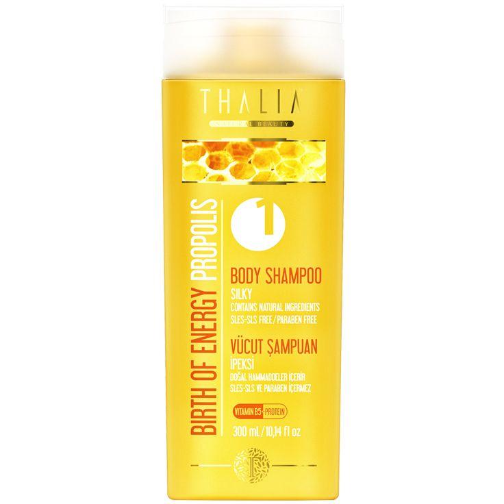 """Cildinizi yumuşatır ve besler. """"Yağmur sonrası ferahlık"""" hissi ile vücudunuzu şımartın. İpeksi ve temiz bir duş için SLES/SLS ve paraben içermeyen özel formülü ile güçlendirilmiş vücut şampuanımızı her gün güvenle kullanabilirsiniz. Propolisin nem dengeleyici özelliği, provitamin, bitki özleri ve hidrolize proteinleri sayesinde cildinizde gün boyu tazelik hissi yaratır. #vücutşampuan #vücutbakım #vücut #thalia #parabeniçermez #parabenyok #doğal #banyo #duş #propolis #bodyshampoo #body…"""
