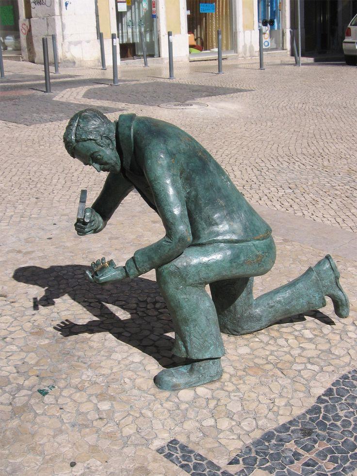 A Calçada Portuguesa,Estátua de homenagem aos calceteiros, em Lisboa.
