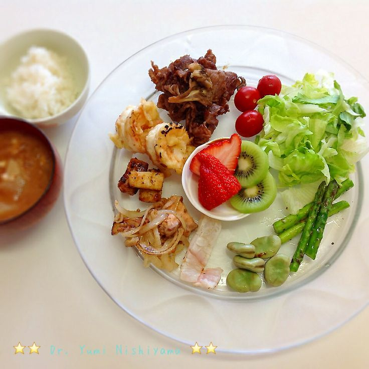 にしやま由美式ダイエットプレート (時計回りに食べる) 2014.3.21の朝プレートです。  大きめのプレートに食材を並べて、12時の位置から順番に食べます。とても分かり易い方法です。  「食べて痩せる」つまり美容と健康には、身体の内側を整えることがとても重要になります。  トマトからはじまる野菜類、植物性タンパク質、動物性タンパク質、果物とバランス良く食べます。今日は、お味噌汁とご飯も用意、食べ始めるタイミングは、動物性タンパク質のあたりから。  この順番は、血糖値を急激に上げないので身体に優しく栄養補給ができ、そして家族全員が健康になります。   ⭐️時計周りに食べる⭐️のダイエットプレート本も出版中です!