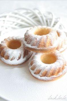 Schüttelkuchen mit Vanille-Joghurt Zutaten: 150 g Vanille-Joghurt 100 g Zucker 150 g Mehl 1 Ei 1 Tl Backpulver 100 ml Sahne 1 Prise Salz Mark einer Vanilleschote 180 C ca. 20 Minuten