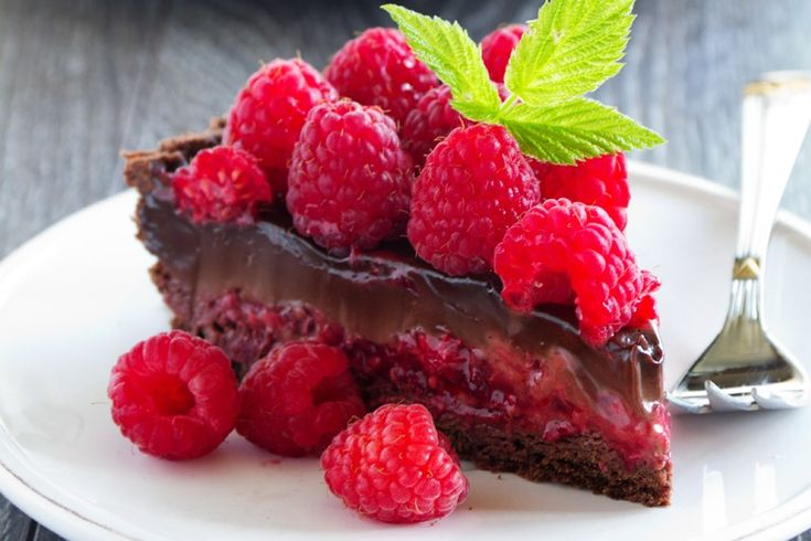La crostata con crema al cioccolato e lamponi è un dolce ricco e dal contrasto cromatico che ne fa un piccolo capolavoro. Ecco la ricetta