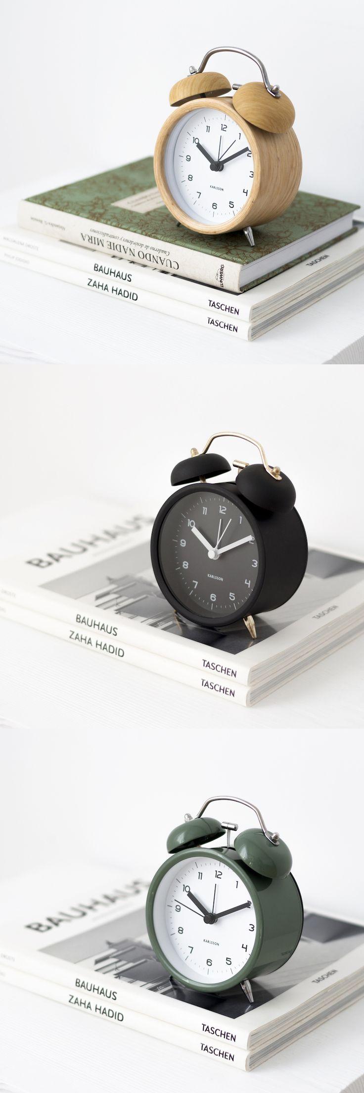 Bell, un reloj despertador con el aire clásico de siempre. Para la mesita de noche, o aquel rincón en el que siempre te hace falta mirar la hora. Disponible en cinco colores: blanco, negro, azul, verde y madera #kenayhome #deco