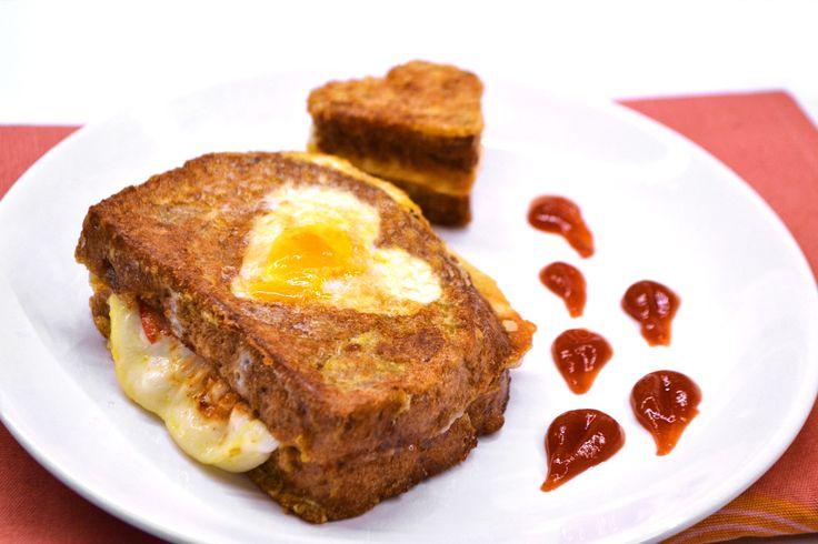 Valentin napi toast recept: Egy kicsit a bundáskenyér, a lágytojás és a szendvics keresztezése, de nagyon-nagyon finom. A legjobb klasszik toast kenyérből készíteni, vagy vékony szeletre vágni a kenyeret, hogy megtudjon sülni a tojás a közepén. :)