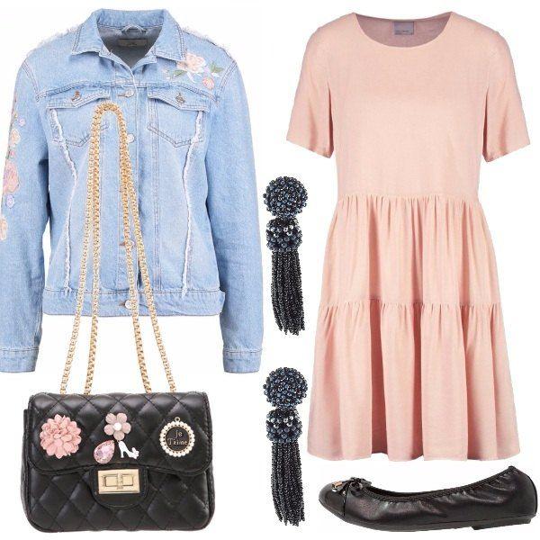Ho creato per voi un look dolce ma grintoso grazie agli acccessori: giubbino di jeans con motivi floreali da abbinare al delicato vestito rosa, ai piedi comode ballerine. Completano il look orecchini pendenti e una splendida borsa nera con patches.