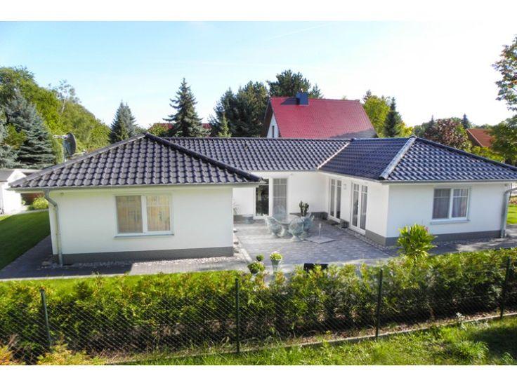 Bungalow 3-125-U - Einfamilienhaus von Elbe-Haus® - Informationszentrum Dresden | HausXXL #Massivhaus #Winkelbungalow #modern #Walmdach