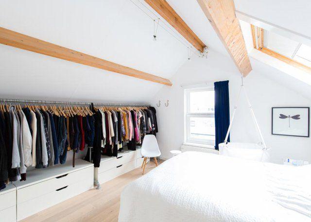 """<p style=""""text-align: justify;"""">Ce dressing ouvert tout en longueur, permet d'utiliser l'espace le plus bas de cette chambre sous les <strong>toits</strong>. Véritable gain d'espace ce dressing..."""