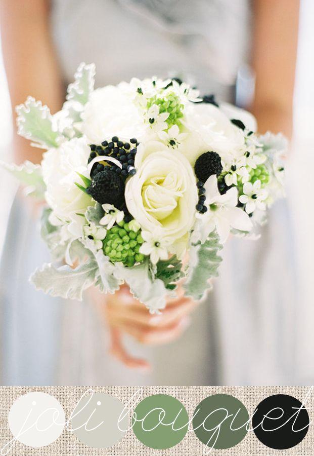 cinéraire, ornithogalum, roses blanches et baies noires