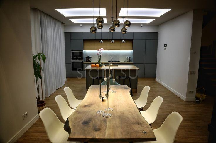 Стол Natural Столешница собрана издвух досок ореха, натуральная кромка, максимально натуральный вид. Покрытие— масло своском. Подробнее тут: http://amp.gs/8sxn #стол #ближекприроде #мебельвгостинную #орех #дизайн