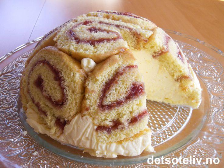 """""""Charlotte Russe"""" er en verdensberømt kake som sies å ha blitt komponert i 1802 av Marie Antoine Carême (1784-1833), som var en anerkjent, fransk kjøkkensjef ansatt ved hoffet til den russiske tsaren Alexander I. Carême hentet inspirasjon fra den engelske dessertkaken """"Charlotte"""" (oppkalt etter den engelske dronningen Charlotte (1744-1818) som var gift med kong Georg III). Engelsk """"Charlotte"""" fantes i to typer; en som skulle stekes (lignet brødpudding), og en kald type som bestod av lagvis…"""