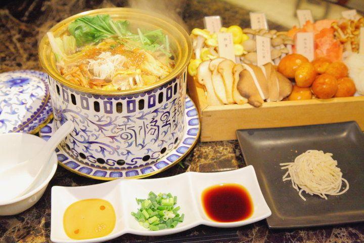 「Shangri-La's secret(シャングリラズ シークレット)」は、約30種類のきのこを煮出した秘伝のブラックスープで、ふだんはあまり目にしないきのこを味わえるしゃぶしゃぶ専門店。じわじわと引き立てられる滋味豊かな旨みを一人用の鍋でじっくりと楽しめます。