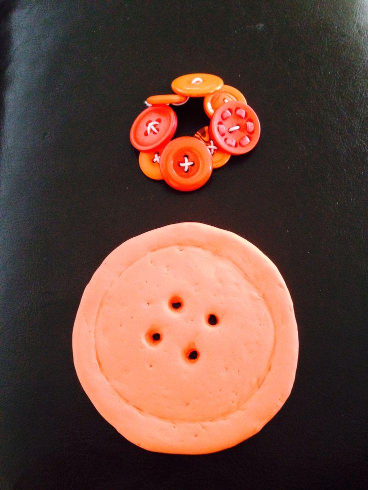 Armband av knappar o en jätteknapp av Silk Clay