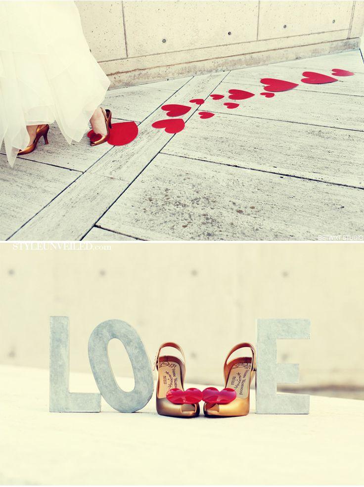 Des traces de pas en forme de coeurs tous rouges !