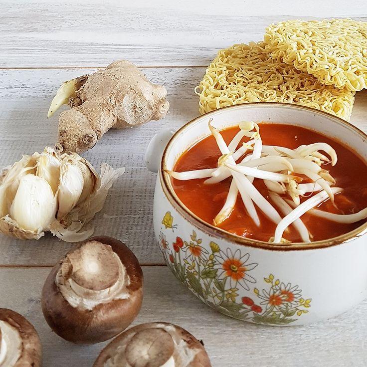 Oosterse tomatensoep - een heerlijk romige tomatensoep die goed gevuld is met noodles, champignons en taugé.