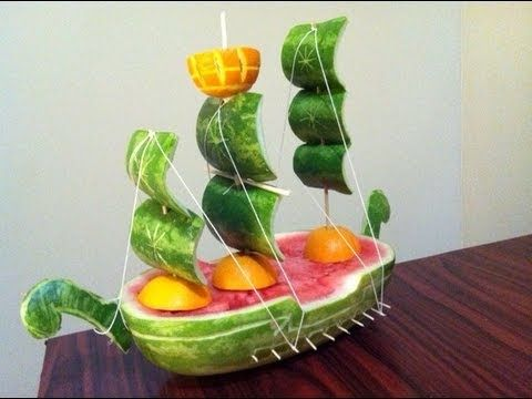 Make a pirate ship out of a watermelon... in spanish....Convierte una sandia en un barco, idea para regalar el dia del padre.