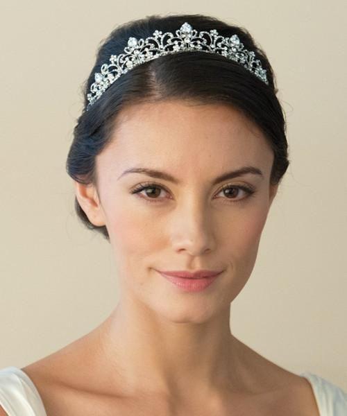 Tiara de Novia Elizabeth - Preciosa tiara de novia inspirada en el diseño del arte moderno. Este lujoso diseño se caracteriza por las líneas en pedrería que dibujan la tiara y por sus dibujos florales que se desprenden de ella.  Esta tiara queda impresionante con todo tipo de peinados. Una pieza muy trabajada con cristales austriacos y diamantes artificiales rusos. La tiara está chapada en rodio (del grupo del platino) y su altura en el punto más alto es de 2'5 cm.