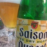 Saison Dupont Cuvée Dry Hopping Saison 6,5      Brasserie Dupont  Lúpulo: Challenger Descripción Comercial:  La primera cervecera Saison Dupont Dry Hopping se remonta a 2010. Se trata de una cerveza de alta fermentación rubia, fermentada en la botella como la Saison tradicional Dupont. La peculiaridad de esta cuvée especial, fabricada en cantidades limitadas, es que el lúpulo utilizado para el dry hopping es diferente cada año. Este año, se seleccionaron tres variedades distintas de lúpulo.