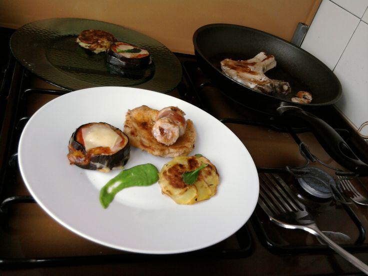 JHS /2 Petites variations de porc rôti en panure roulé, l'aubergine parmigiana, pomme de terre tarte et sauce au fenouil Gino D'Aquino