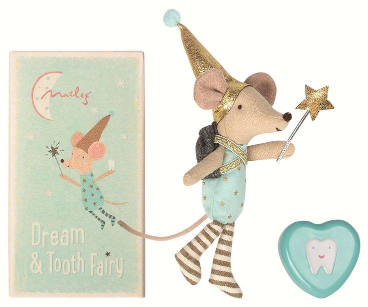 Storebror mus har klätt ut sig till tandfé, han bor i en tändsticksask tillsammans med en tandburk som barnet lägger sin tappade tand i. På morgonen har tandfén