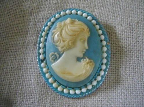 http://www.marktplaats.nl/a/sieraden-tassen-en-uiterlijk/antieke-sieraden/m628563401-ouderwetse-nostalgische-vintage-blauwe-broche-met-came.html