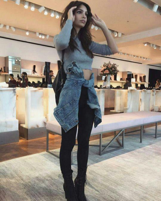 crop top gris + veste en jeans + jeans noir + boots noir