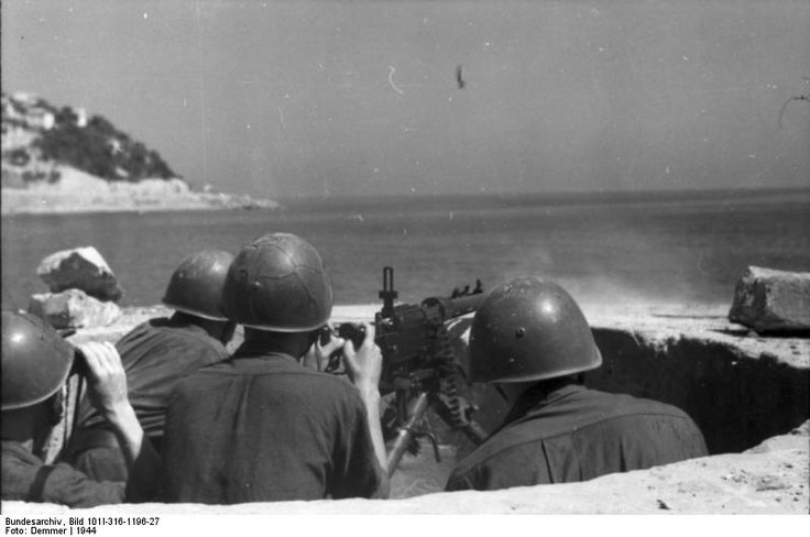 Soldati italiani della Seconda guerra mondiale utilizzano la mitragliatrice pesante italiana Fiat Mod.14\35.