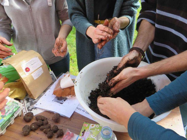 """Réalisation de """"seed bombs"""" lors d'un atelier organisé sur le campus du Mirail par l'association Partageons les Jardins."""