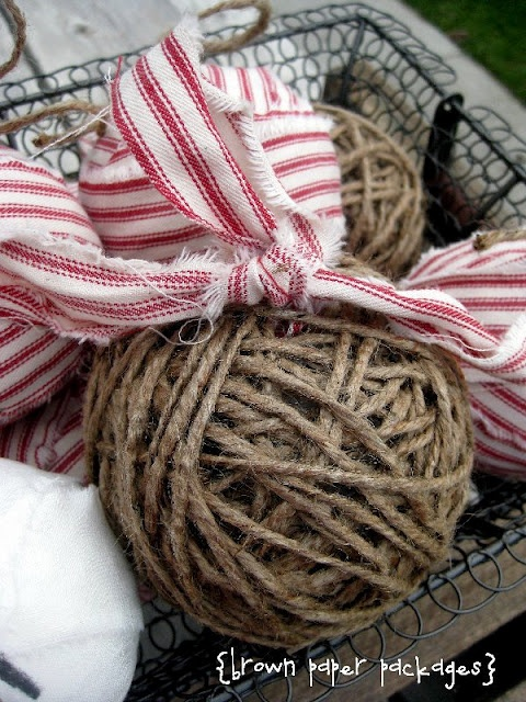 Ti piace questa idea? Segui il tutorial, su http://www.bystephanielynn.com/2011/11/twine-fabric-rag-ball-ornaments.html