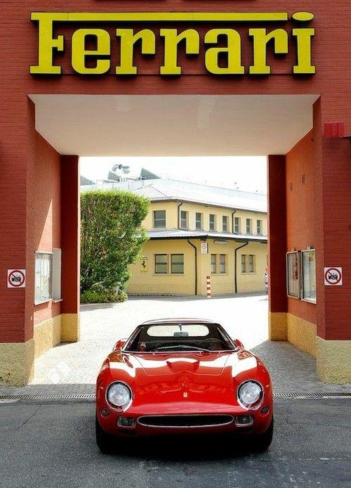 Ferrari. Creddo che questa vettura sia forza una versione anno '64 -vera oppure riprodotta- della 250 GTO , uscendo del cortile di Ferrari SpA in Maranello