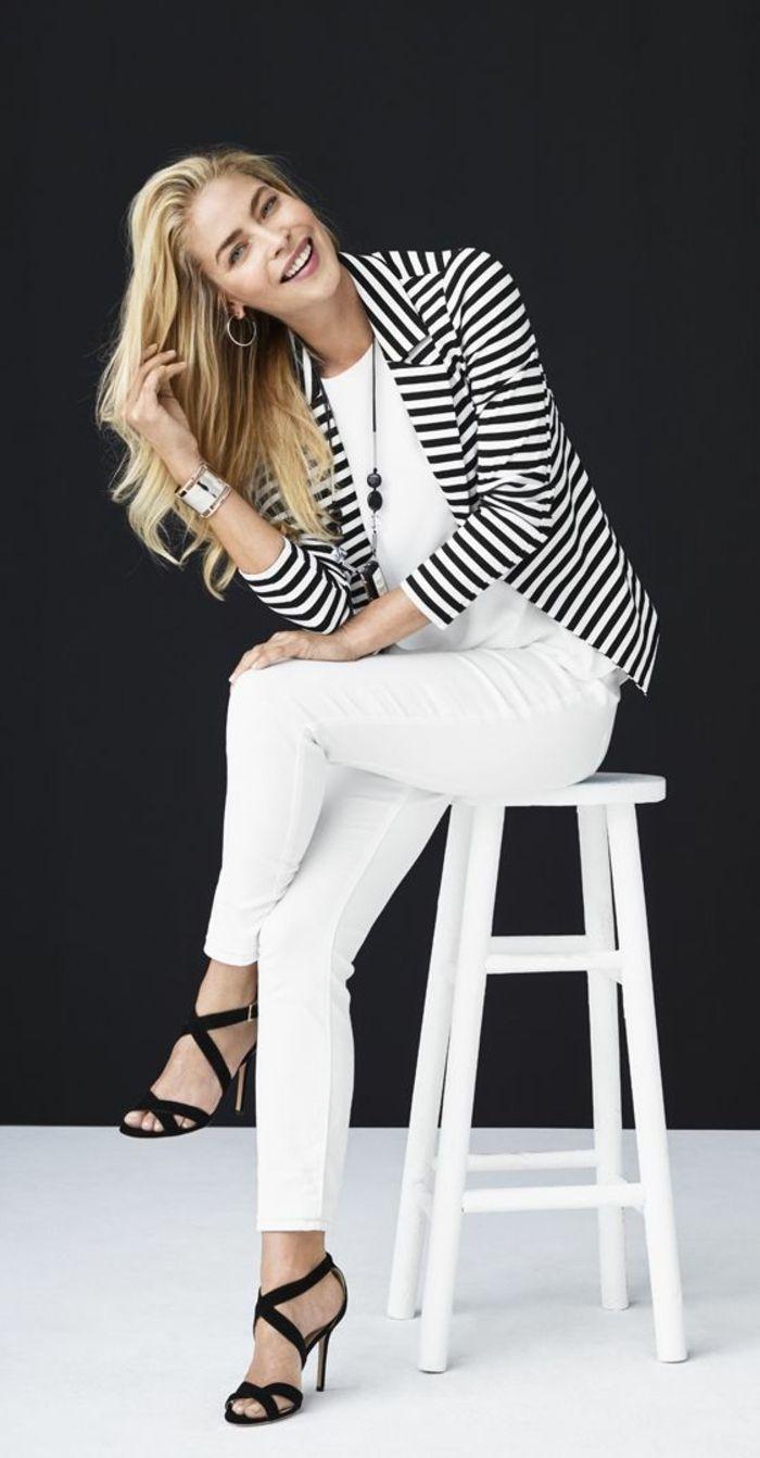 tenue chic pantalon blanc et veste à rayures avec top blanc et sandales été en noir