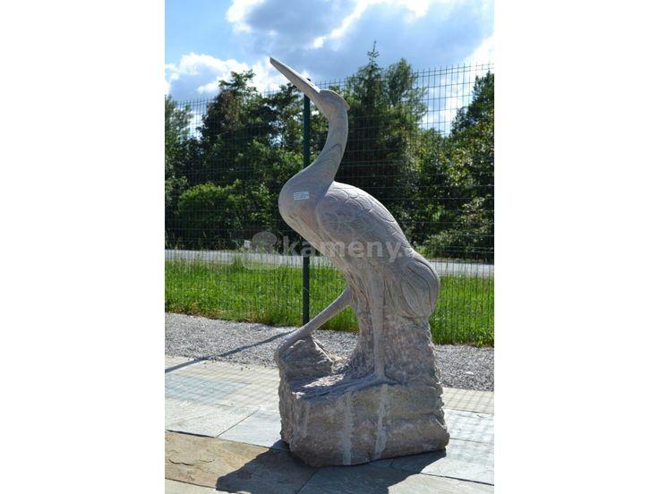 Volavka je vyrobená z přírodního kamene mramor a je vhodná jako socha do zahrady