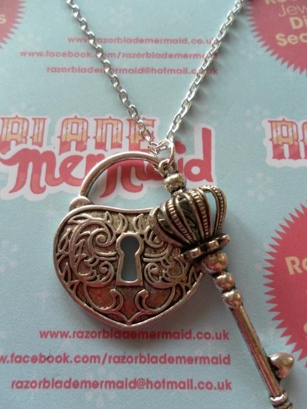 esta llave, con corona y corazon!