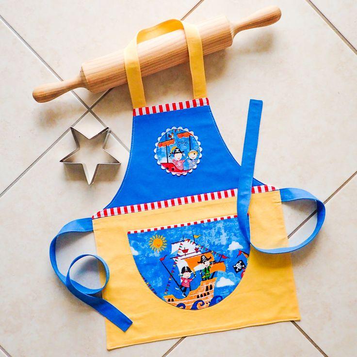 Niños pequeños y los niños delantal piratas cocina de chicas