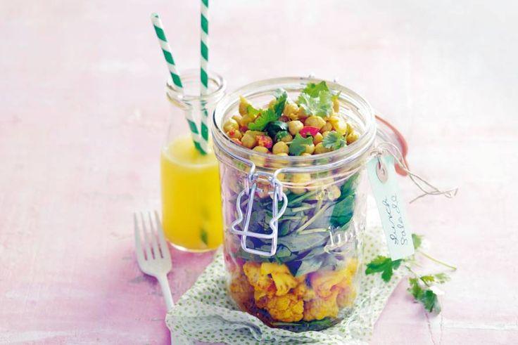 Een dagje geen vlees of vis? Goed moment om deze salade met kikkererwten eens te proeven. De rode peper maakt 'm lekker pittig - Recept - Allerhande