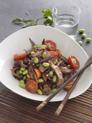 Du har hurtigt lavet denne lækre ret med lynstegt oksekød, cherrytomater, edamamebønner og krydderier
