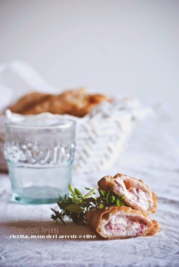 ravioli fritti con ricotta, pomodori arrosto e olive