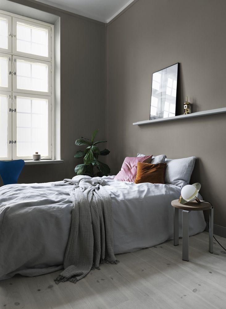 Warm gray shades pulling red or yellow, creating a cozy feeling in the bedroom. Wall painted in Pigeon Grey and windows in Äggskal from Alcro.