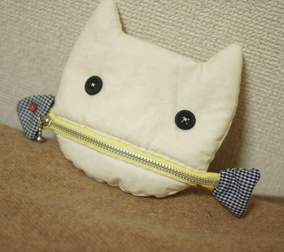 mairuru: A cat eating a fish pouch