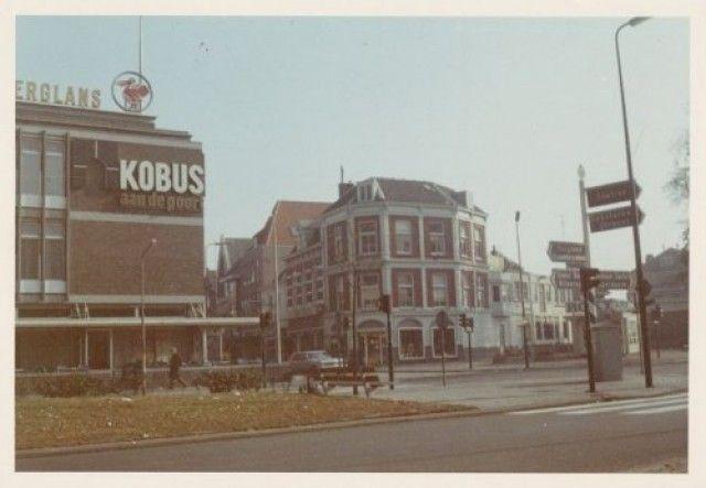"""Het begin van de Utrechtsestraat vanaf de Stadsring. Links café-bar """"Kobus aan de Poort"""" op nr. 49, rechts nr. 46."""