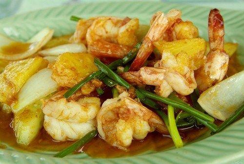 В миске смешайте креветки, соус терияки и ананасовый сок. Поставьте в холодильник мариноваться на 10-20 минут.