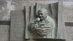 Мемориальная доска артисту Е.П. Леонову расположена на доме номер 37/14 по Комсомольскому проспекту в Москве