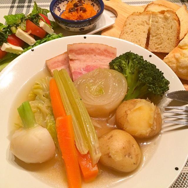 今日の夕飯~ ☆野菜たっぷりやわらかポトフ ☆ノンオイルノンバター豆腐食パン&メロンパン ☆人参レペ ☆トマトと豆腐のヘルシーカプレーゼ~セロリの葉と桜海老のナンプラー炒めのせ~  問題のあるレストラン観てるとポトフが食べたくなるー 日中から1時間以上煮込んで野菜たっぷりやわらかポトフに♪  食べたかったメロンパンファクトリーのメロンパン♡ にあわせてノンオイルノンバターのヘルシー豆腐食パンも作りましたヾ(*´∀`*)ノ (クックパッドレシピ1583163) - 20件のもぐもぐ - 野菜たっぷりやわらかポトフ♡ノンオイルノンバター豆腐パンなど♡ by happyairing69