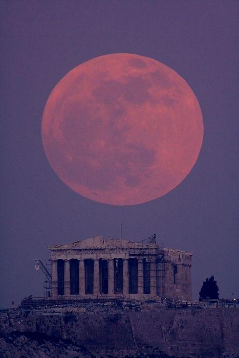 Luna llena sobre el Partenón en Grecia, atardecer 19 de enero de 2011.