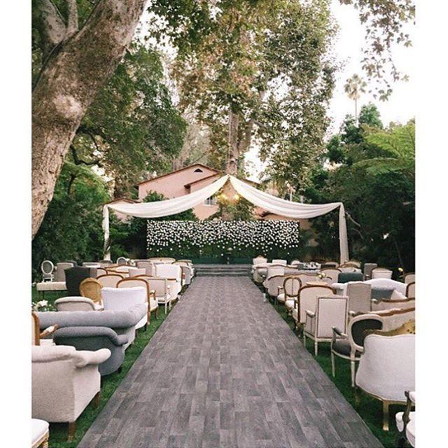 Imagina ter um luxo de #cerimonia como essa? Todos os assentos de época descoordenados e... ao ar livre!  \\ Imagine a luxurious outdoor #wedding #ceremony with rich vintage and uncoordinated furniture.  #regram & rentals: @foundrentals : @elizabethmessina #InspireBlog #InspireBrides #Inspire #casamento