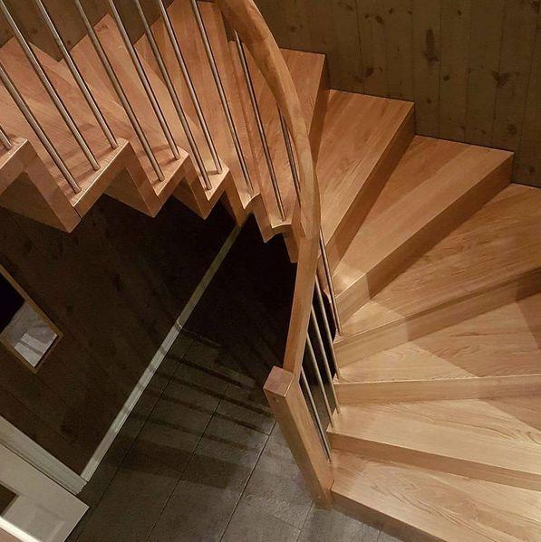 Vangeløs trapp i helstav eik :) Ingen synlig veggvange og uten forvange. Stusstrinn jevnt med forkant trinn, og håndlist i ett stykke :) Trappesnekkerens våte drøm.. #trapp #stairs #håndverk #design #oak #architecture #madeinnorway