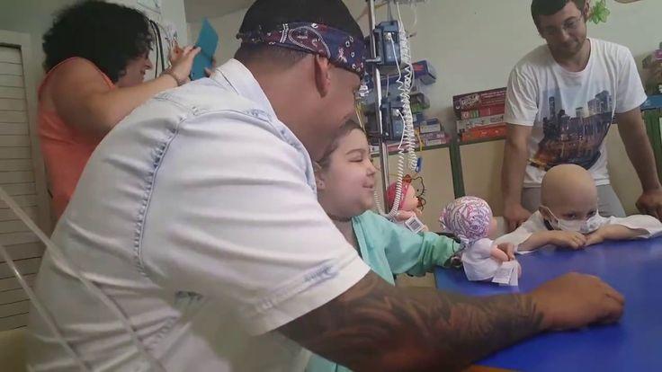 """Daddy Yankee canta con Andrea """"Despacito"""". En el Hospital La Paz de Madr..."""