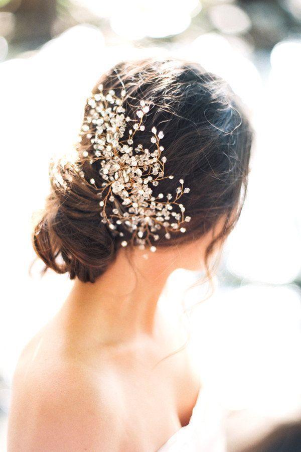 Recogido y tocado muy elegante a la par que moderno para tu boda playera
