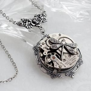 steam punk necklace    This has to be one of the coolest necklaces I've ever seen!!!