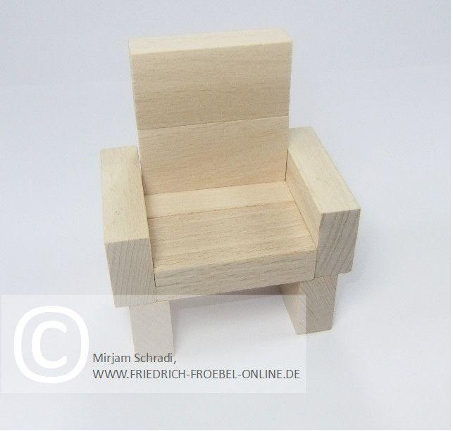 Sessel aus Holzbausteinen natur mit Spielgaben nach Froebel (Spielgabe 4)